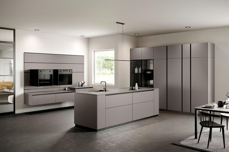 Strakke grijze design keuken met hoge kastenwand