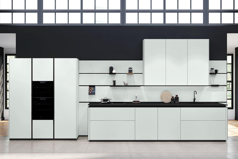 Wit met zwarte strakke design keuken met eiland