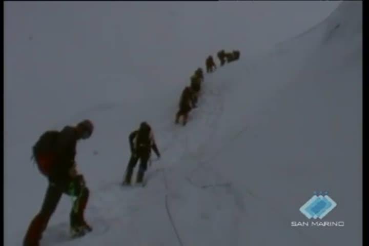 Un anno fa Roberto Pazzaglia portò la bandiera di San Marino sulla vetta dell'Everest