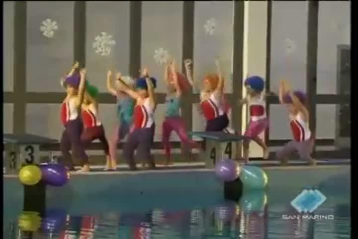 Il saggio di Natale del nuoto sincronizzato fa il pieno di pubblico e grande simpatia