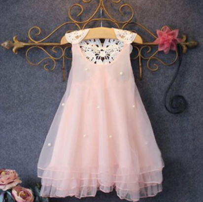 فستان من الدانتيل الوردي بدون أكمام
