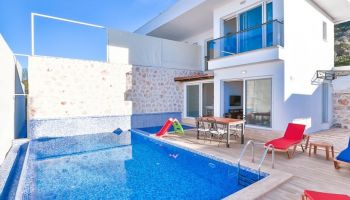 Kaş'ta Havuzu Korunaklı 2+1 Villa