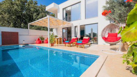 Kalkan Üzümlü'de Modern İç ve Dış Mimarisiyle, Açık ve Kapalı Havuzlu, Lüks Villa