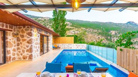 Kalkan'da Büyük ve Korunaklı Havuzlu Balayı Villası