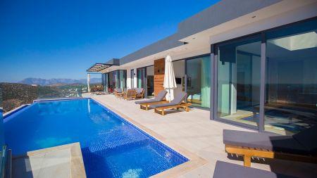 Kalkan'da Büyüleyici Deniz Manzaralı Çift Havuzlu Villa
