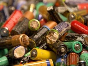 Почему нельзя выбрасывать батарейки и аккумуляторы.