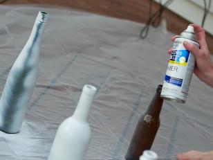 Как с помощью декоративных блесток превратить бутылку от вина в яркий декор для дома?
