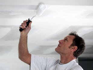 Правила использования водоэмульсионной краски для окрашивания потолка