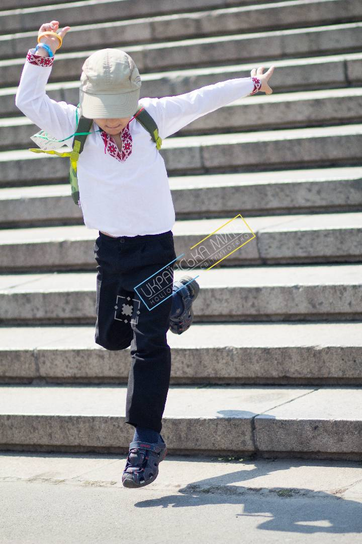 uamoment-gallery-Little-Ukrainian-jumping-stairs-1125 photo