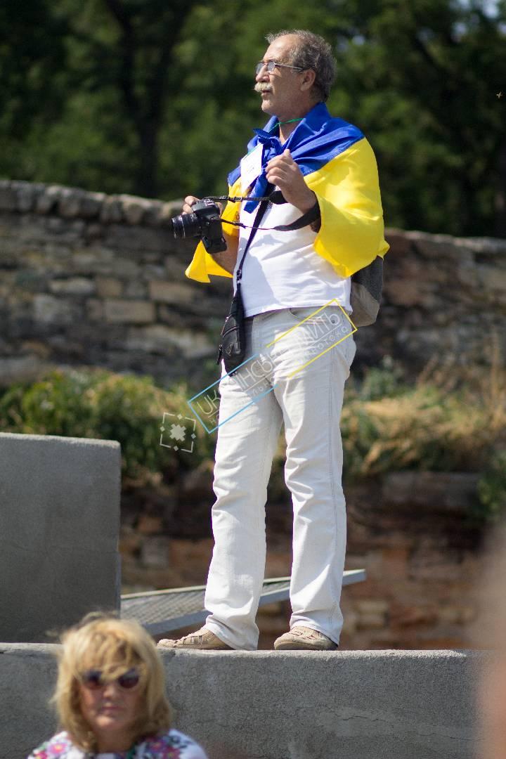 uamoment-gallery-Ukrainian-photographer-with-the-flag-of-Ukraine-1130 photo