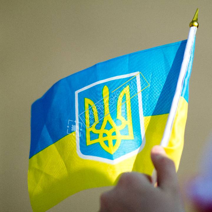 uamoment-gallery-A-child-with-a-small-flag-of-Ukraine-1134 photo