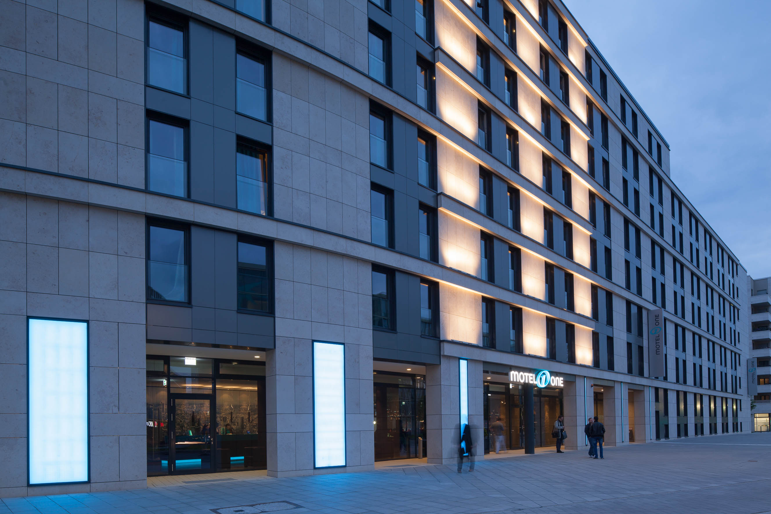Hotel motel one frankfurt messe hotels hotels for Design hotel taunus