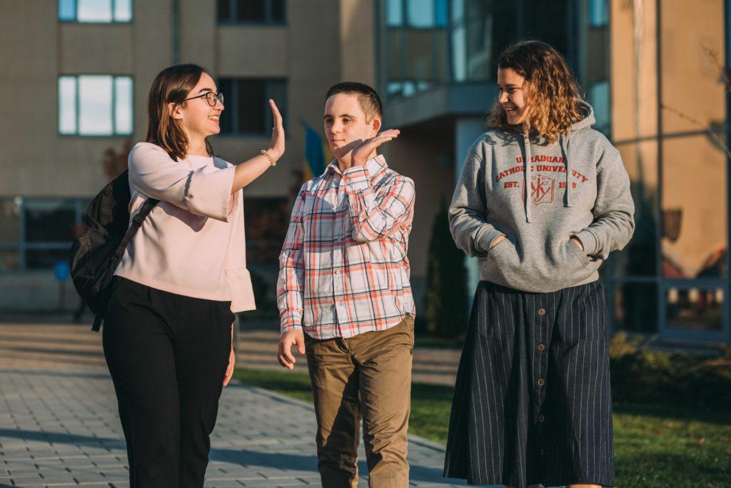 УКУ – перший університет в Україні, який на інституційному рівні впроваджує освітній підхід Service Learning – «Суспільно-орієнтоване навчання» - УКУ