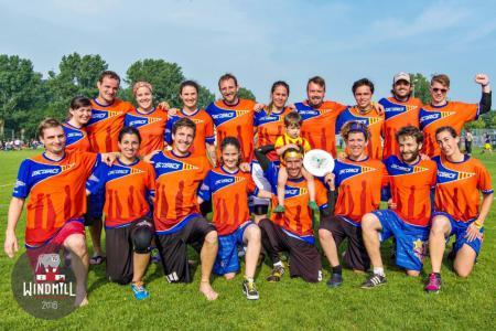 Команда Disctèrics Ultimate Girona натурнире Windmill Windup 2016 (Микс дивизион, 31/40)