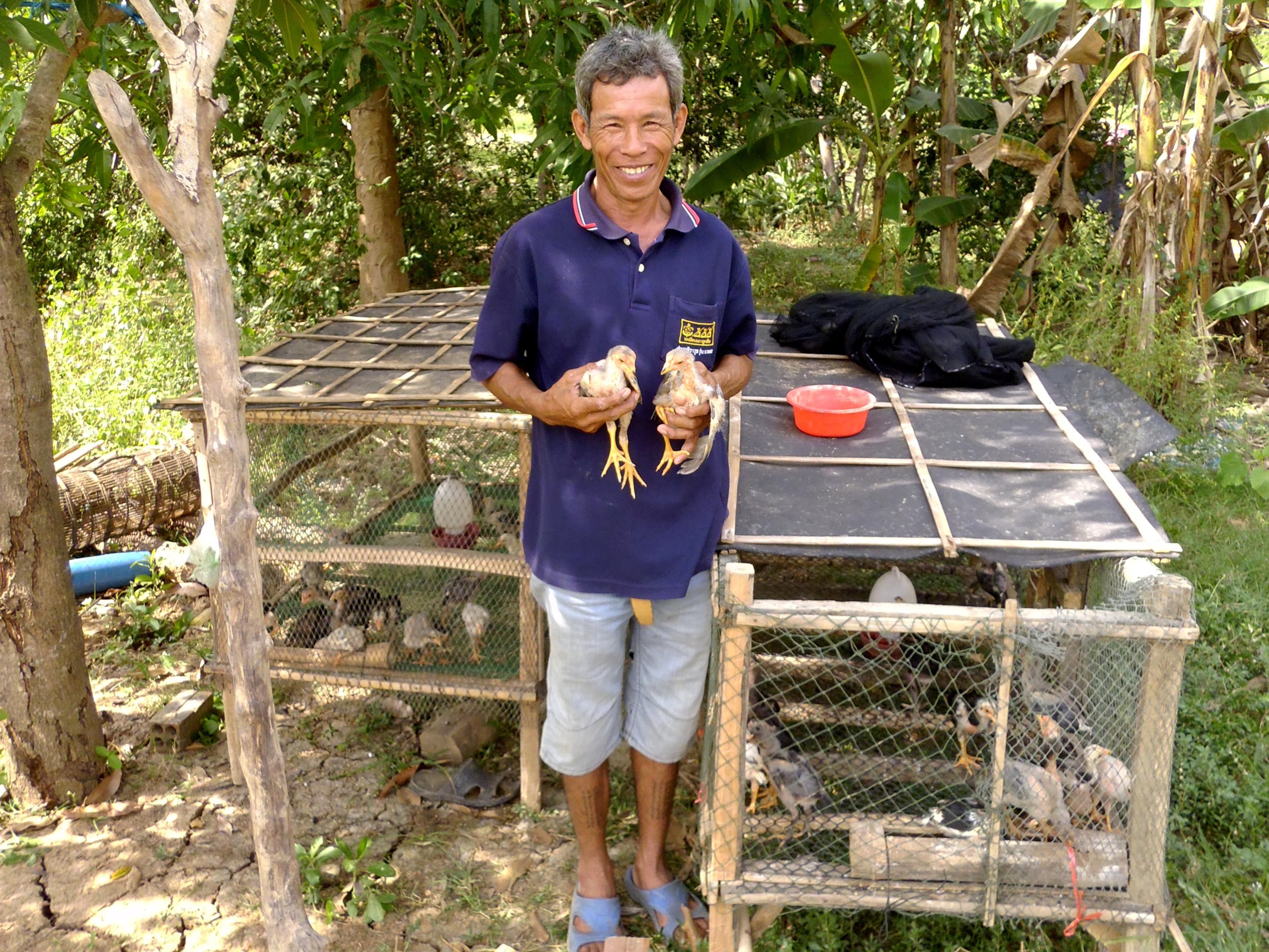 Kambodza-2015-Som-Sophorn-skoleni-postavil-kurnik-chova-kurata.JPG-B0Og9hn2l08rK7nBU595evDd.JPG