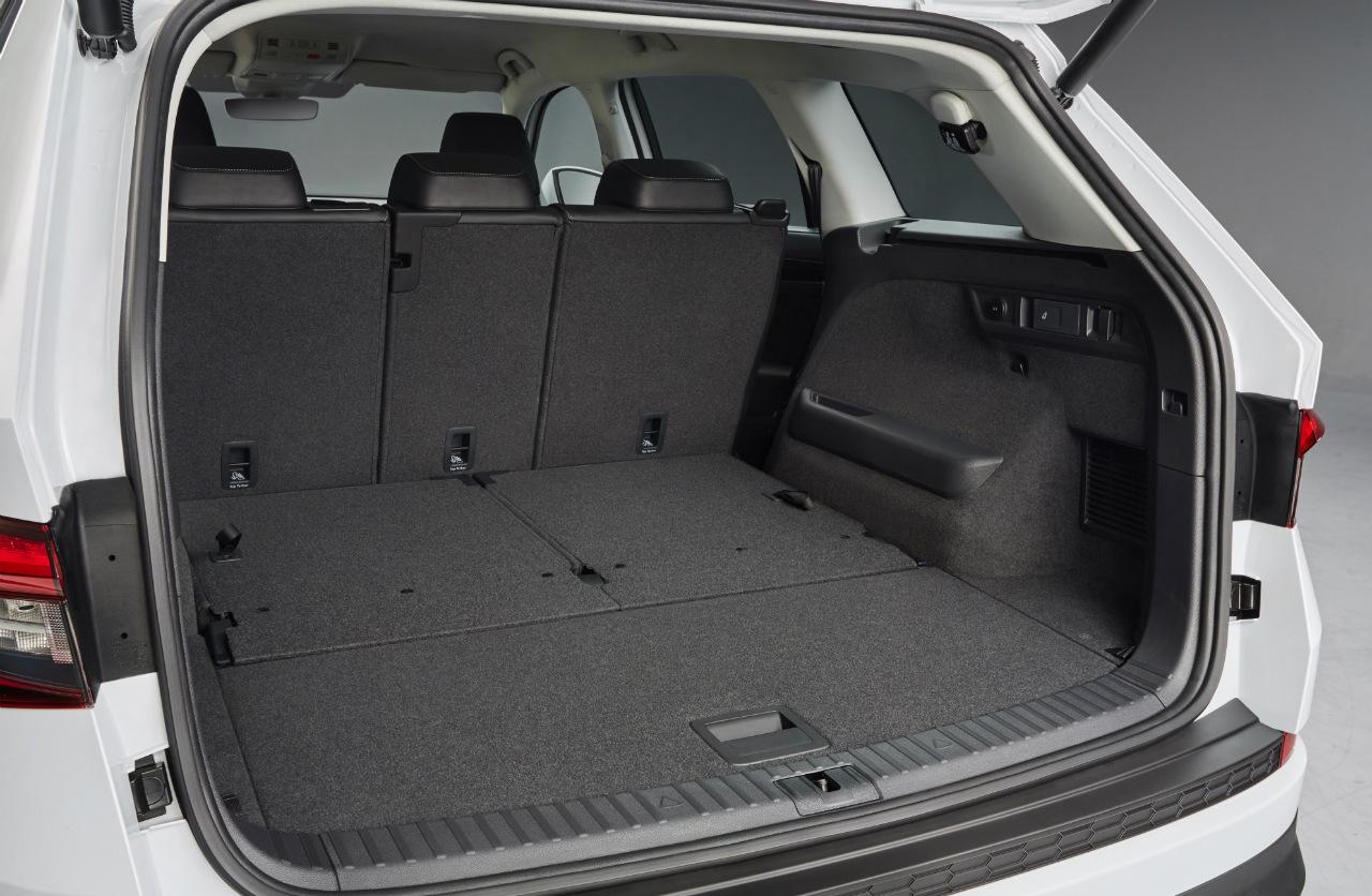 S objemem 720 až 2 065 l (při sklopení zadních sedadel) nabízí Kodiaq největší zavazadlový prostor ve své třídě. Je-li vůz vybaven volitelným sedadlem spolujezdce se sklopným opěradlem, vejdou se do něj předměty o délce až 2,80 m. Součástí výbavy jsou také elektricky ovládané páté dveře.