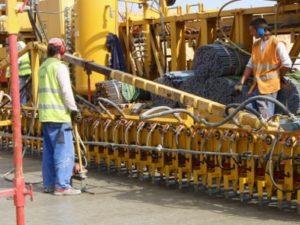 <p>Vkládání trnů a kotev po betonáži spodní vrstvy</p>