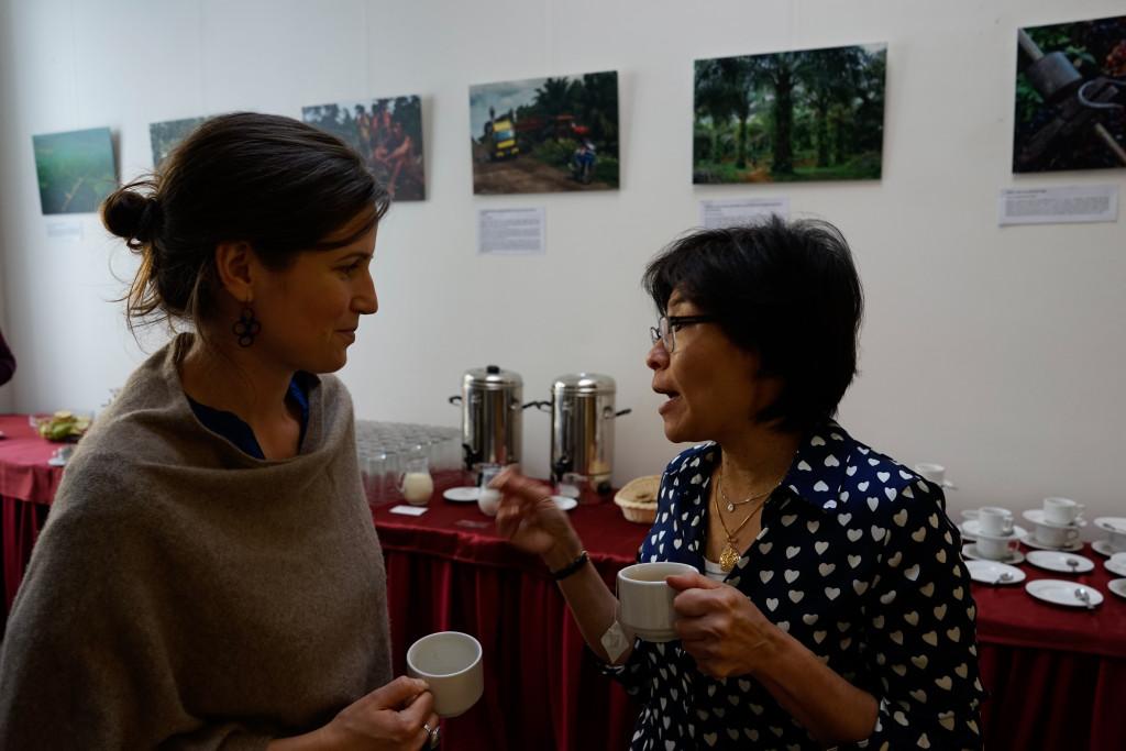 Su-Ming Khoo diskutuje s Terezou Čajkovou, koordinátorkou projektu Menu pro změnu.