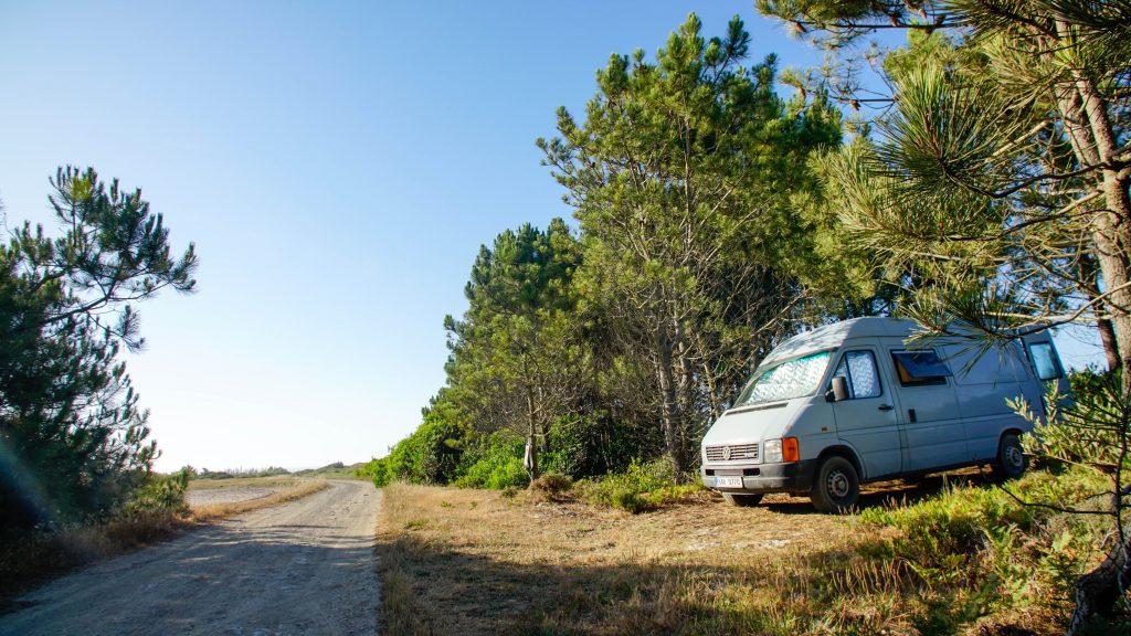 Wildcamping v lesíku nad útesy na západě Portugalska