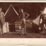 Táborová fotografie před stanem