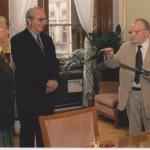 Helena Illnerová s doktorem Velemínským předává nejvyšší medaily Akademie věd profesorovi Antonínovi Holému