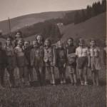 Helena Illnerová se skautským oddílem ve 40 letech