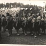 Vzpomínkový obřad ve zničené osadě Ležáky, 24. června 1945 (A. Lorencová na kraji třetí řady zprava)
