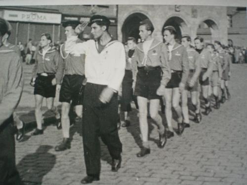 1945 Nymburk Oskar vede svou družinu