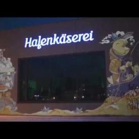 Videograffiti auf der Fassade der Hafenkäserei Münster
