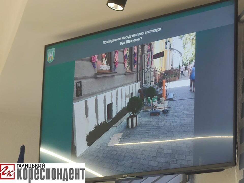 У Франківську на Шевченка чоловік незаконно утеплював пам'ятку архітектури
