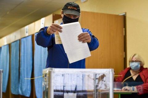 У Рівному виборці фотографувалися з бюлетенями з голосом за одного з кандидатів у мери