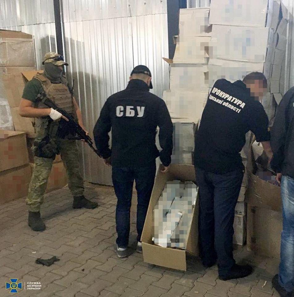 В Одесской области нашли крупный транзитный склад контрабандных сигарет