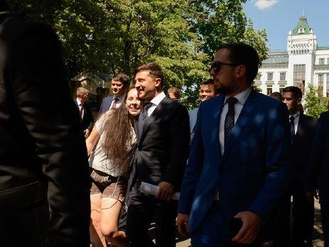 Зеленський пішки прийшов із Маріїнського палацу в Адміністрацію Президента. Відео - Горячие новости