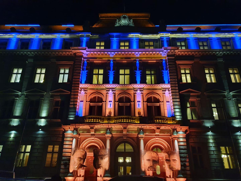 Проти насильства: Будівлю Львівської ОДА підсвітили помаранчевим (Фото, відео)