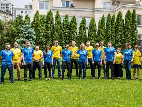 Співробітники посольства США в Києві наділи нову форму збірної України з футболу
