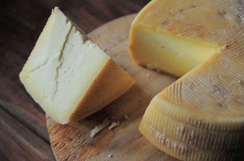 Украину заполонил фальшивый сыр: как отличить подделку