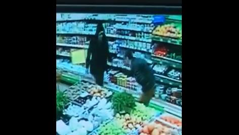 Вдарив у груди ножем: в запорізькому супермаркеті ледь не зарізали співробітника, – ВІДЕО