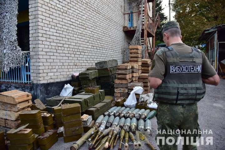 На Донеччині три добровольчі батальйони передали поліції озброєння