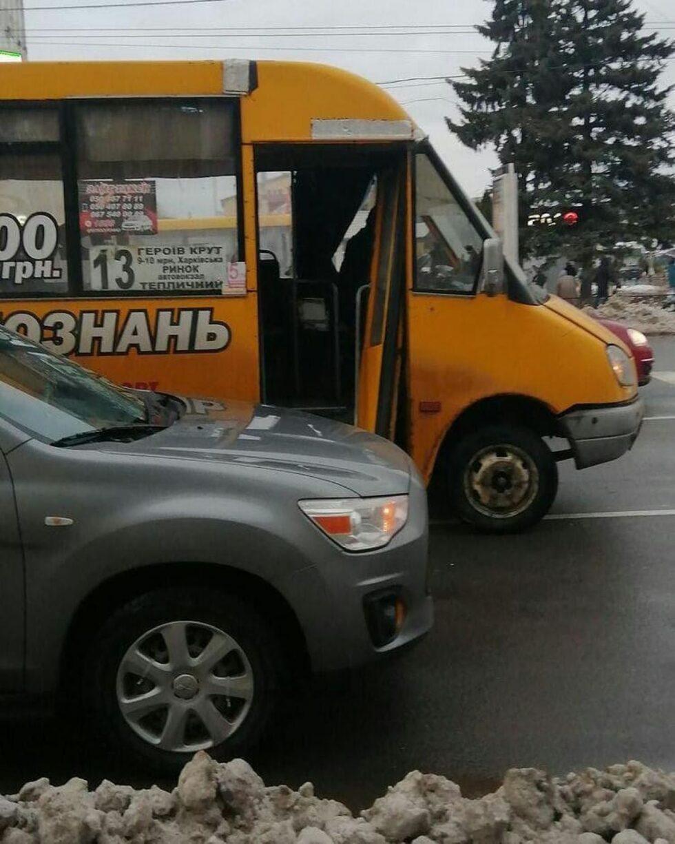 У Сумах у маршрутці на ходу зламалися двері (ФОТОФАКТ)