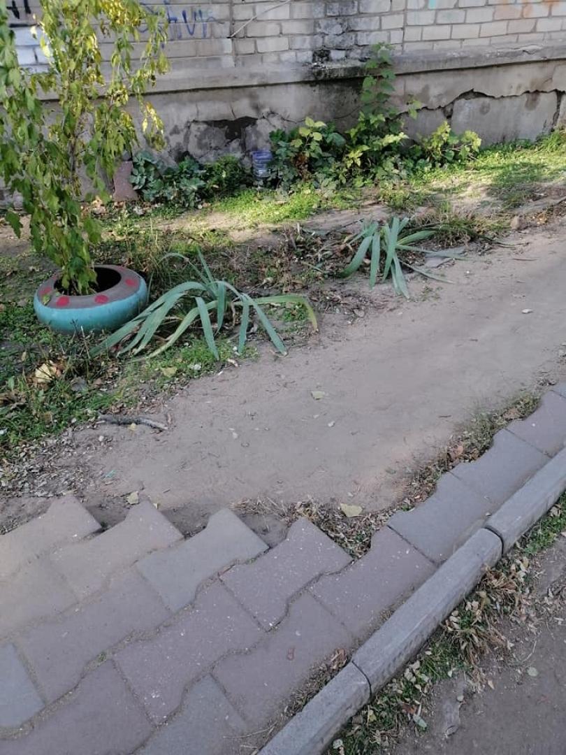 В Николаеве разобрали тротуар