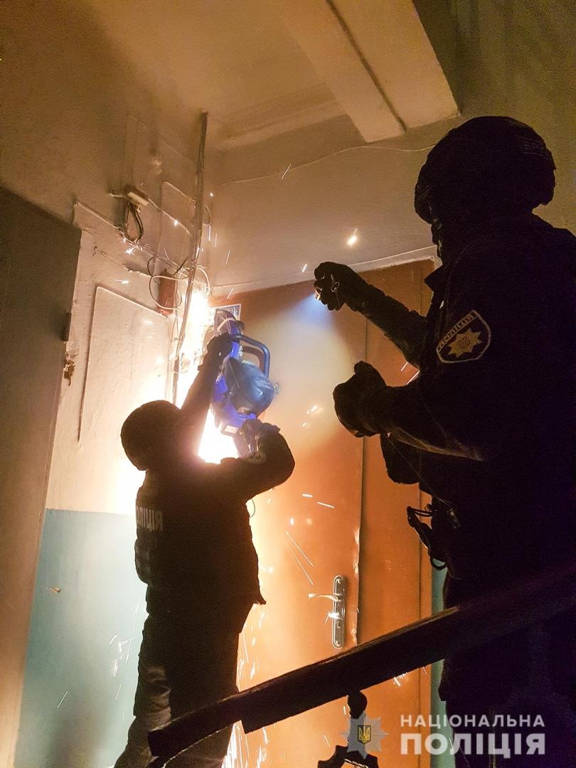 В Николаеве спецназ штурмовал квартиру сутенеров