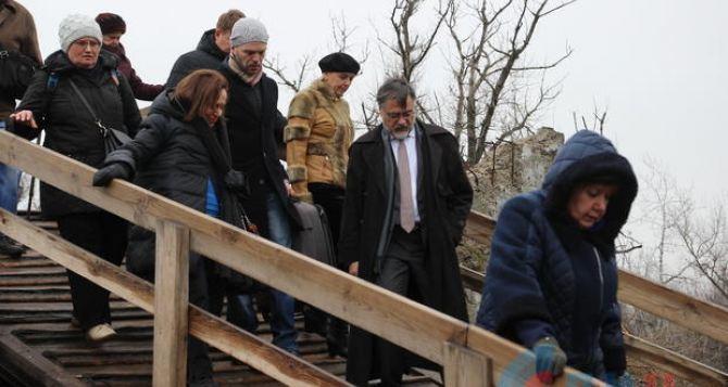 Восстановить мост в Станице Луганской, открыть новые КПВВ, отменить привязку пенсии к статусу ВПЛ,— как сделать жизнь луганчан чуть легче - Экстренные новости