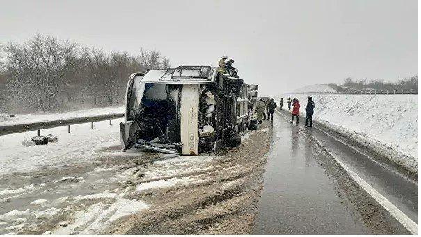 Авария произошла в сложных погодных условиях, в этом районе идет сильный снегопад и метель
