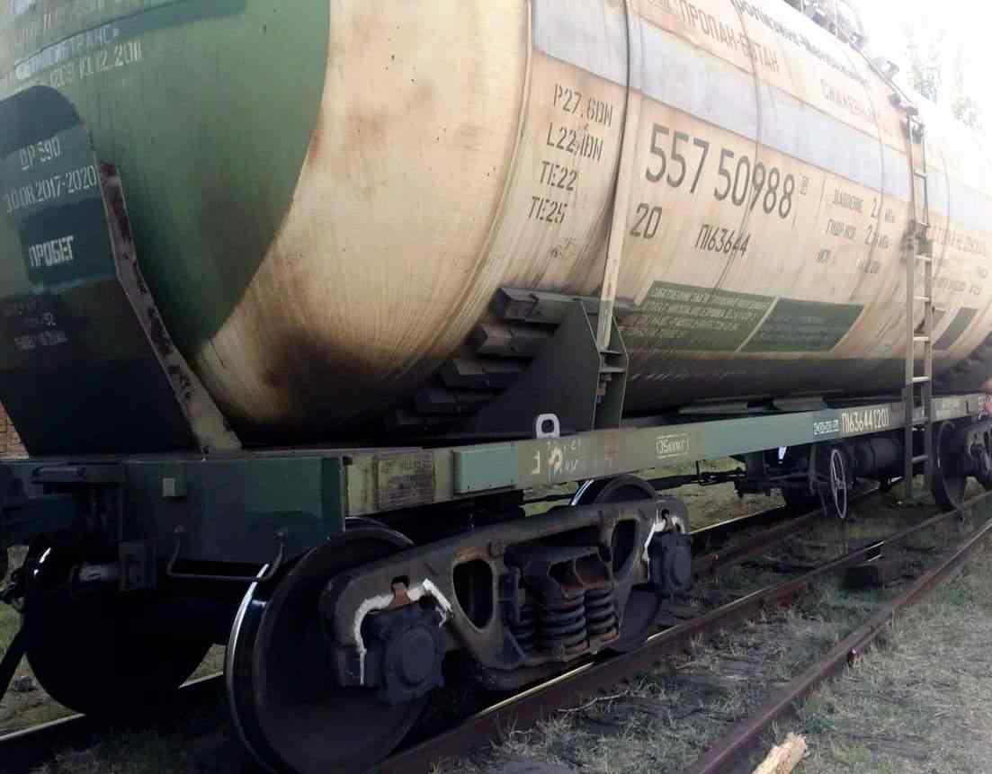Цистерна с пропаном попала в ДТП в Одесской области: ее везли по аварийным рельсам