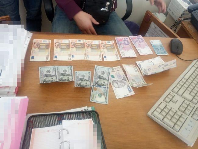 На Житомирщині викрили директора комунального підприємства на хабарі у 1200 доларів