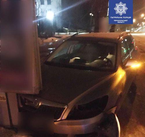 У Тернополі водій напідпитку заїхав в огорожу, а згодом протаранив інший автомобіль (фото)