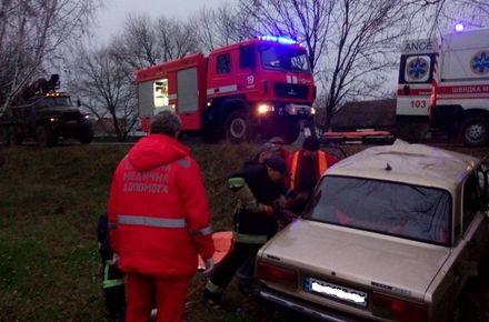У Житомирській області рятувальники вивільняли з пошкодженого ВАЗу травмованого водія