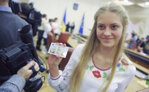 Українцям дозволили фотографуватися на паспорт у головних уборах