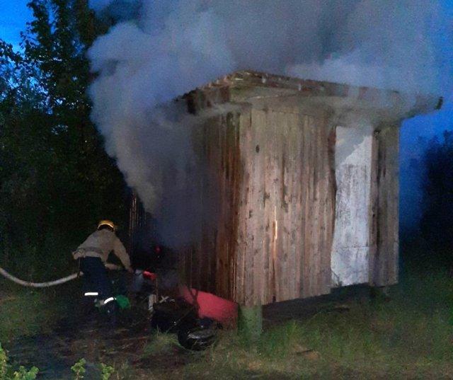 В Голой Пристани тушили пожар в дачном вагончике