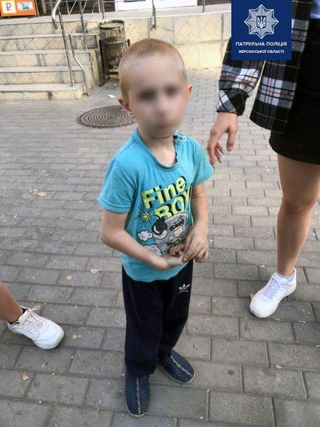 """В Херсоне полицейские вернули матери 5-летнего """"потеряшку"""""""